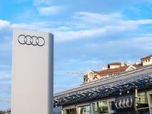 Logo d'Audi sur leur magasin principal de concessionnaire à Belgrade Audi est une voiture allemande et un fabricant des véhicules images libres de droits