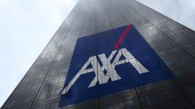Logo d'AXA sur les nuages se reflétants d'une façade de gratte-ciel, laps de temps Rendu 3D éditorial banque de vidéos