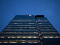 Logo d'EDC sur leur bureau principal à Ottawa la nuit images libres de droits