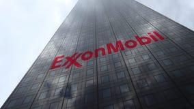 Logo d'ExxonMobil sur les nuages se reflétants d'une façade de gratte-ciel, laps de temps Rendu 3D éditorial clips vidéos
