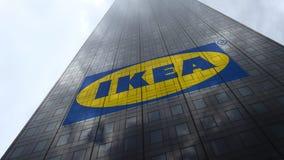 Logo d'Ikea sur les nuages se reflétants d'une façade de gratte-ciel, laps de temps Rendu 3D éditorial clips vidéos