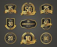 Logo d'insigne d'or d'anniversaire avec le plein nombre illustration libre de droits