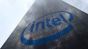 Logo d'Intel Corporation sur les nuages se reflétants d'une façade de gratte-ciel, laps de temps Rendu 3D éditorial clips vidéos