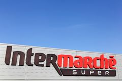 Logo d'Intermarche sur une façade Photographie stock