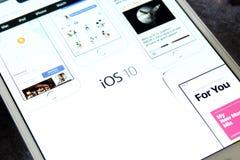 Logo d'IOS 10 sur la page d'accueil de fonctionnaire de pomme Image libre de droits