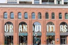 Logo d'Urban Outfitters devant la branche de magasin pour Ottawa, Ontario photos libres de droits