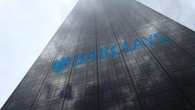 Logo de Barclays sur les nuages se reflétants d'une façade de gratte-ciel, laps de temps Rendu 3D éditorial banque de vidéos