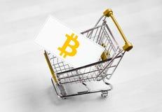 Logo de Bitcoin sur une carte de visite professionnelle de visite dans le caddie photographie stock