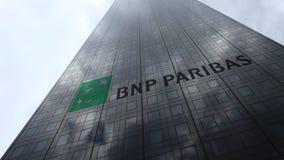Logo de BNP Paribas sur les nuages se reflétants d'une façade de gratte-ciel, laps de temps Rendu 3D éditorial clips vidéos