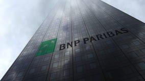 Logo de BNP Paribas sur les nuages se reflétants d'une façade de gratte-ciel Rendu 3D éditorial Image stock
