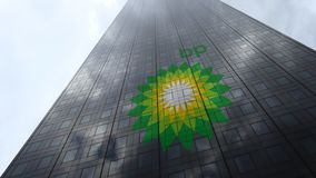 Logo de BP sur les nuages se reflétants d'une façade de gratte-ciel, laps de temps Rendu 3D éditorial banque de vidéos