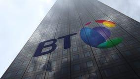 Logo de BT Group sur les nuages se reflétants d'une façade de gratte-ciel, laps de temps Rendu 3D éditorial banque de vidéos