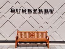 Logo de Burberry au-dessus d'un banc vide Image libre de droits