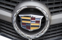 Logo de Cadillac sur l'avant de voiture, pris dans une commande d'essai Images libres de droits