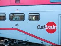 Logo de Caltrain de côté de train à côté des fenêtres de passager photos libres de droits