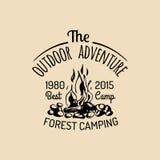 Logo de camp de vecteur Signe de tourisme avec l'illustration tirée par la main de feu Rétro emblème de hippie, label des aventur Photos stock