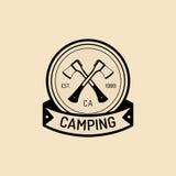 Logo de camp de vecteur Signe de touristes avec les haches tirées par la main Rétro emblème de hippie, insigne, label des aventur illustration libre de droits