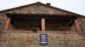Logo de Castillo Banfi sur le mur du vieux château Photographie stock