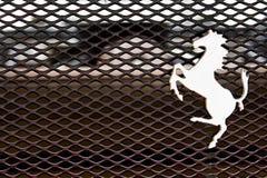 Logo de cheval de Ferrari sur un auvent Image stock