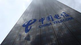 Logo de China Telecom sur les nuages se reflétants d'une façade de gratte-ciel, laps de temps Rendu 3D éditorial clips vidéos