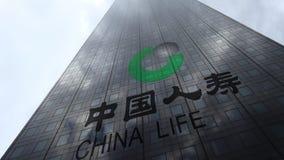 Logo de compagnie d'assurance de China Life sur les nuages se reflétants d'une façade de gratte-ciel, laps de temps Rendu 3D édit clips vidéos