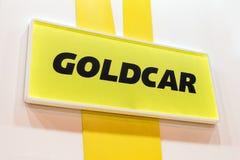Logo de concessionnaire de Goldcar sur le fond jaune image stock