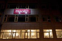 Logo de Diageo sur leur bureau principal de Budapest Diageo est une société multinationale britannique de boissons alcoolisées Image libre de droits
