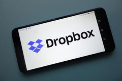 Logo de Dropbox sur le smartphone photos stock