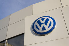 Logo de fabricant automobile de Volkswagen sur un bâtiment de concessionnaire tchèque Photos libres de droits