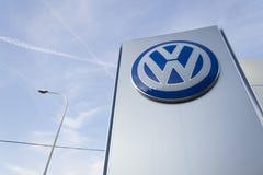 Logo de fabricant automobile de Volkswagen sur un bâtiment de concessionnaire tchèque Photos stock