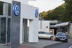 Logo de fabricant automobile de Volkswagen sur un bâtiment de concessionnaire tchèque Photo libre de droits