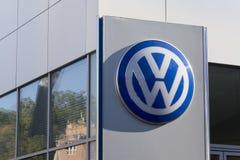 Logo de fabricant automobile de Volkswagen sur un bâtiment de concessionnaire tchèque image libre de droits