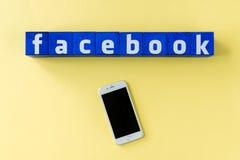 Logo de Facebook fait à partir des cubes bleus avec le smartphone Photo stock
