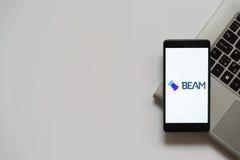 Logo de faisceau sur l'écran de smartphone Photo libre de droits