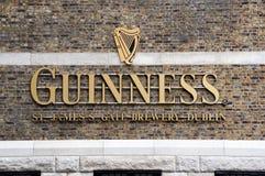 Logo de Guinness sur son entrepôt à Dublin image libre de droits