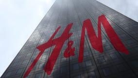 Logo de H M sur les nuages se reflétants d'une façade de gratte-ciel, laps de temps Rendu 3D éditorial banque de vidéos
