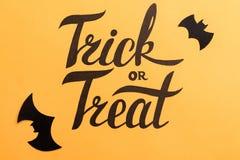 Logo de Halloween et de battes noires peints sur le fond orange Photos stock
