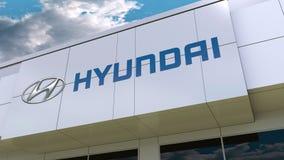 Logo de Hyundai Motor Company sur la façade moderne de bâtiment Rendu 3D éditorial Images stock