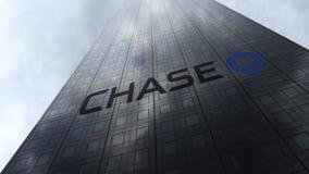 Logo de JPMorgan Chase Bank sur les nuages se reflétants d'une façade de gratte-ciel Rendu 3D éditorial Photos stock