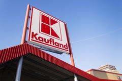 Logo de Kaufland sur l'hypermarché de la chaîne allemande, une partie de Schwartz Gruppe le 21 janvier 2017 à Prague, République  Photographie stock libre de droits