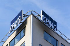 Logo de KPMG de société de service professionnel sur le bâtiment des sièges sociaux tchèques Photographie stock libre de droits