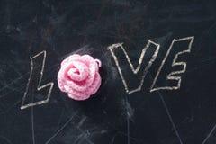 Logo de l'amour avec la rose de rose Photographie stock libre de droits