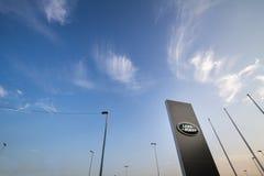 Logo de Land Rover sur leur magasin principal de concessionnaire à Belgrade Land Rover est un fabricant de voiture britannique image stock