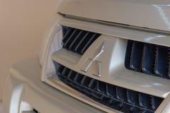 Logo de Mitsubishi sur l'avant du modèle beige de SUV Pajero photographie stock libre de droits