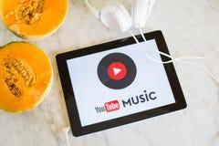 Logo de musique de Youtube montré sur l'écran de comprimé avec le fruit frais photographie stock libre de droits