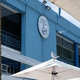 Logo de poissonnerie de Sidney sur le mur bleu photos stock