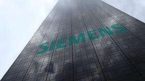 Logo de Siemens sur les nuages se reflétants d'une façade de gratte-ciel, laps de temps Rendu 3D éditorial banque de vidéos