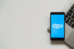 Logo de Skype sur l'écran de smartphone Images libres de droits