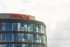 Logo de société d'Oracle sur des sièges sociaux construisant le 18 juin 2016 à Prague, République Tchèque Photo stock