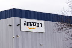 Logo de société de commerce électronique d'Amazone sur la logistique construisant le 12 mars 2017 dans Dobroviz, République Tchèq Photos stock